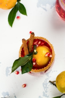 Зимний коктейль с фруктами и корицей