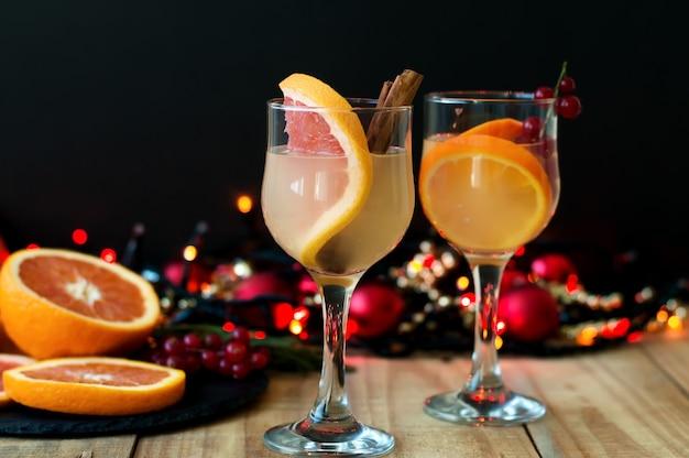 와인 잔에 자몽, cinamon 및 붉은 건포도와 겨울 칵테일.