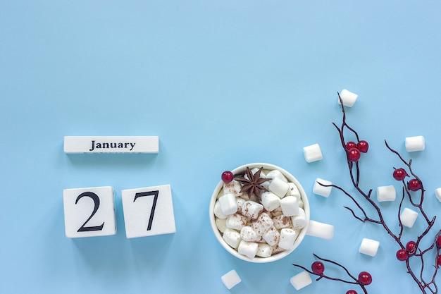 冬の作文。白い木製のカレンダーキューブ。