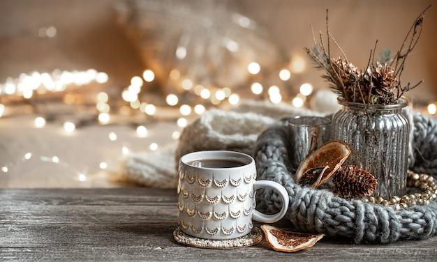 Зимняя композиция с красивой чашкой горячего напитка с боке.