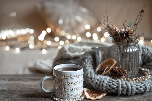 Зимняя композиция с красивой чашкой горячего напитка