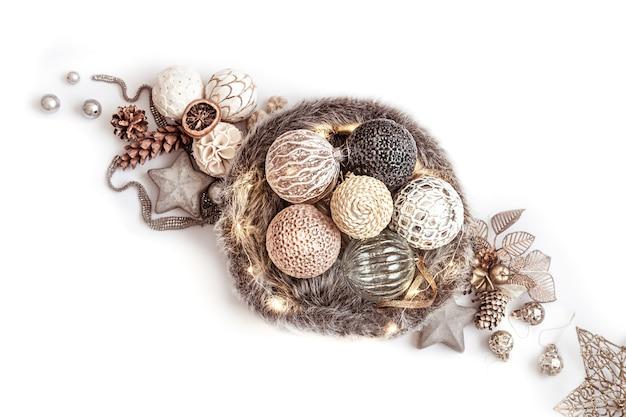 Зимняя композиция с элементами рождественского декора и елочные шары вид сверху.