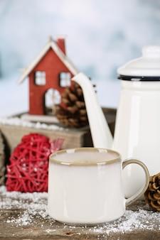 Зимняя композиция с горячим напитком на фоне природы