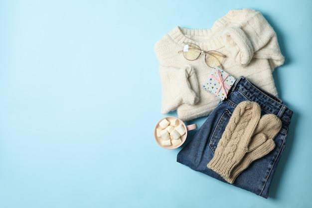 Зимняя концепция со свитером и подарочной коробкой на синем фоне