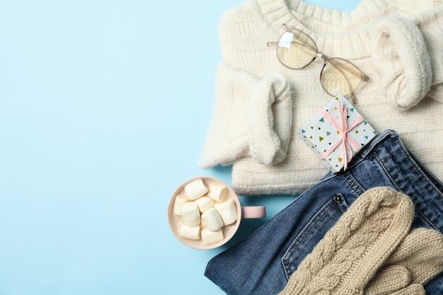 Зимняя концепция со свитером и подарочной коробкой