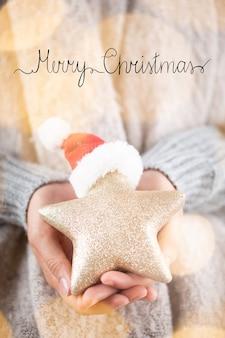 겨울 개념 젊은 손을 잡고 크리스마스 장식