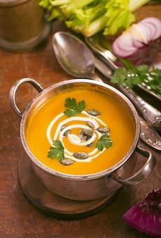 Зимняя кулинария, здоровое питание. тыквенный суп на деревенском деревянном фоне