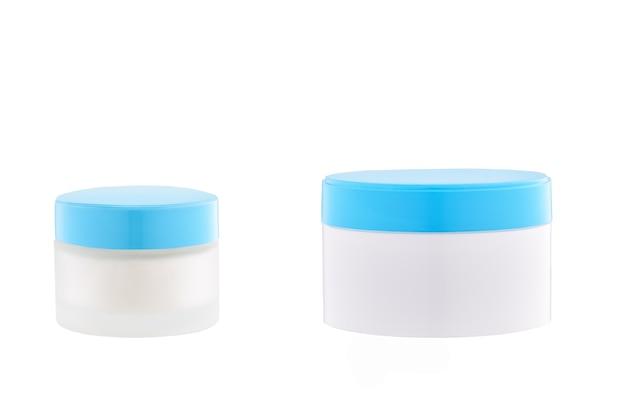 겨울 화장품, 흰색 배경에 서리 보호 기능이 있는 천연 얼굴 또는 바디 크림 항아리.
