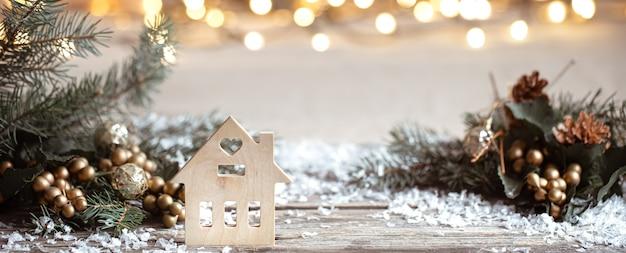お祭りの装飾の詳細、木製のテーブルとボケの雪と冬の居心地の良い壁。家庭でのお祝いの雰囲気のコンセプト。