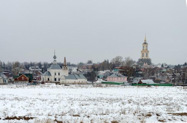 Зимний день в российском городе суздале. один из самых популярных городов золотого кольца