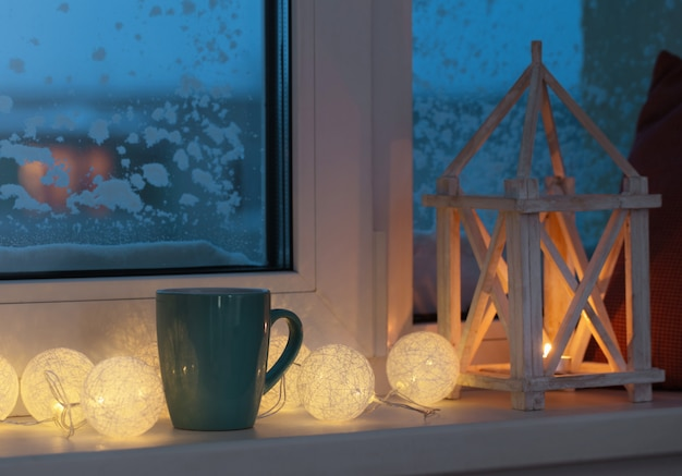 キャンドルとガーランドのある冬の装飾