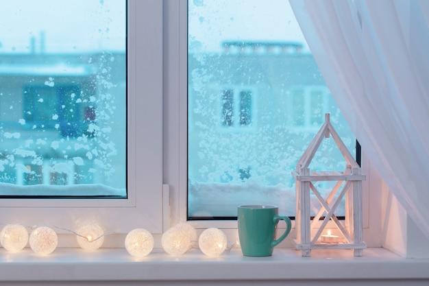 Зимний декор со свечами и гирляндой