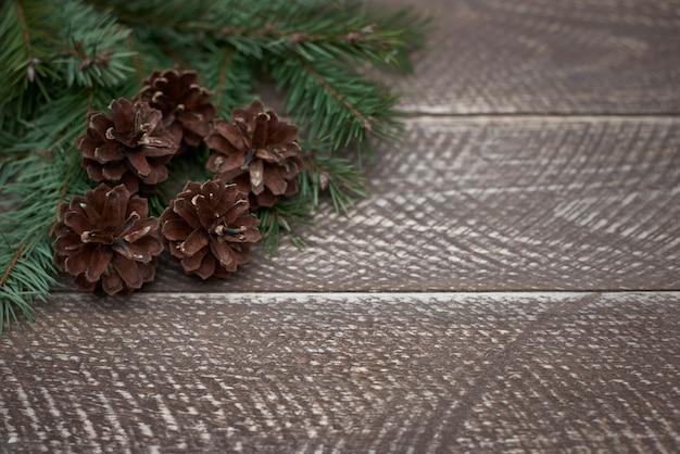 Зимнее украшение на деревянных столах