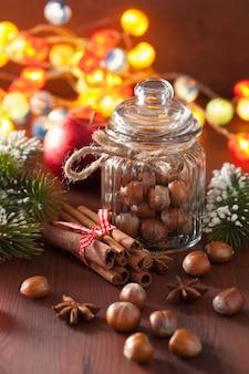冬の装飾スパイスシナモンクリスマスツリーナッツライト