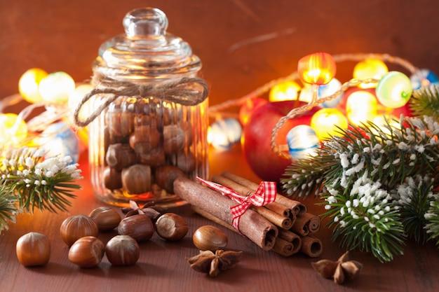 冬の装飾スパイスシナモンクリスマスツリーナッツ