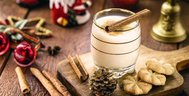Зимний напиток из яиц, ликера, рома и корицы, называемый рождественский гоголь-моголь, украшенный орехами, печеньем и сухофруктами.