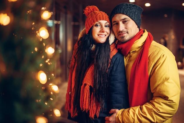 冬の夜、愛のカップルの街歩き