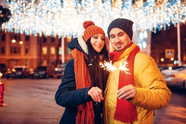 冬の夜、屋外の花火と愛のカップル