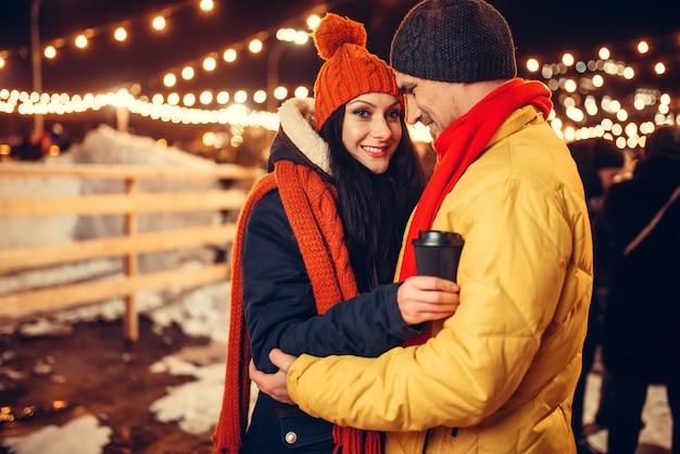 屋外の愛のカップルの冬の夜