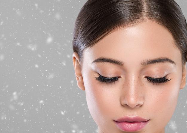 Зимние глаза ресницы лицо женщины крупным планом естественный составляют здоровую кожу. студийный снимок.