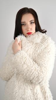 豪華な毛皮のコートを着た冬のファッションの女性。美容ファッションモデルの女の子。美しい冬の女の子