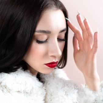 豪華な毛皮のコートを着た冬のファッションの女性。美容ファッションモデルの女の子