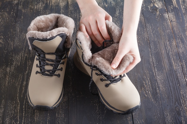白の毛皮を持つ冬の女性のブーツ