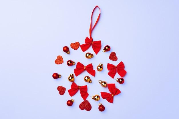 Зимний праздничный фон с сердечками, бантами и шарами, копией пространства