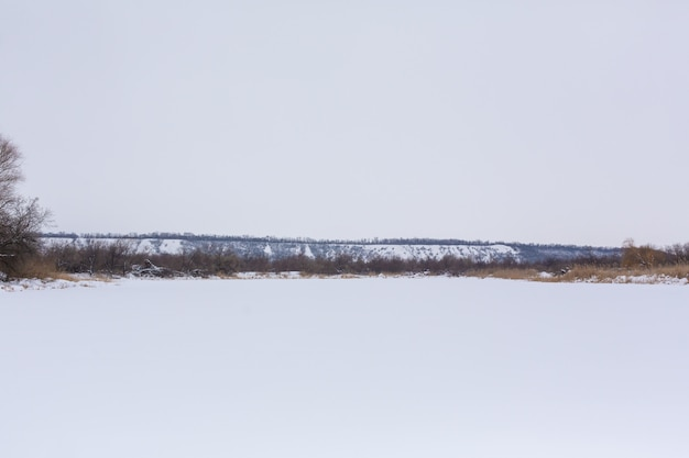 Зимнее поле усыпано снегом