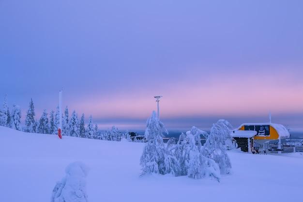 冬のフィンランド。極地の日。山の頂上にあるスキーリフトステーション。雪がたくさん
