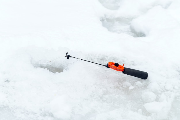 氷上での冬の釣り。氷の穴で餌を揺らします。