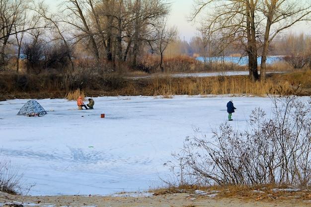 凍った湖での冬の釣り