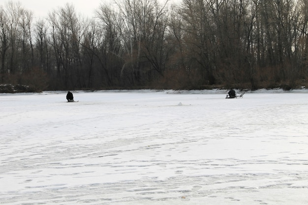 湖での冬の釣り
