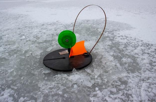 강 얼음에서 육식 물고기를 잡는 겨울 낚시 도구
