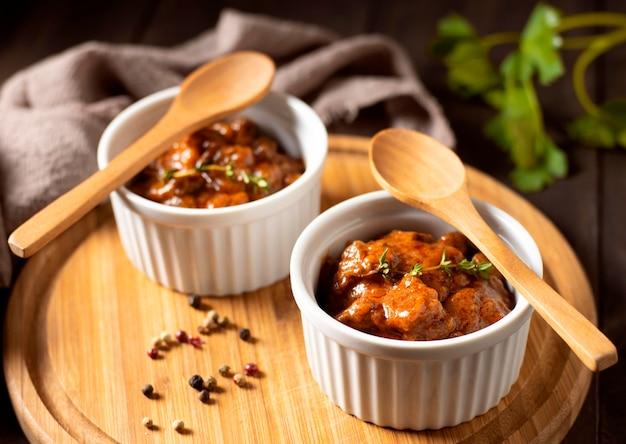 그릇과 나무 보드에 향신료에 겨울 음식 스튜