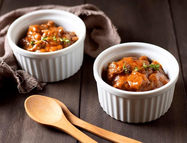 그릇과 나무 숟가락에 겨울 음식 스튜