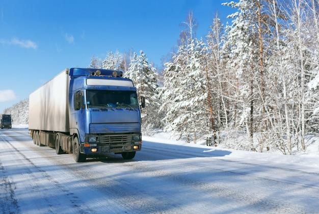 トラックによる冬の貨物輸送