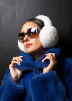 青い毛皮のコートの女性の冬の毛皮のイヤーマフ