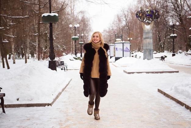 Зимняя девушка весело, красивая блондинка на снегу