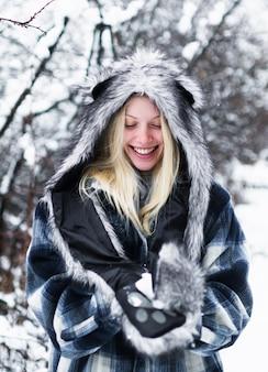 모피 모자와 재킷에 겨울 소녀입니다. 겨울 공원에서 아름 다운 여자입니다.
