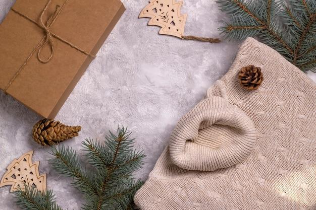 겨울 주말을 위한 밝은 배경 에코 컨셉에 겨울 수제 스웨터와 에코 선물