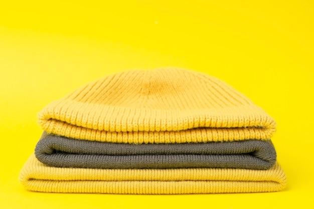 2021 년 컬러의 겨울 모자 : 궁극의 회색과 밝은 노란색.