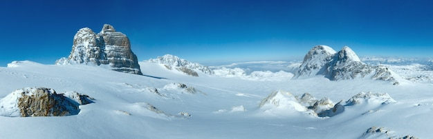 Зимний туманный вид с вершины горного массива дахштайн (австрия).