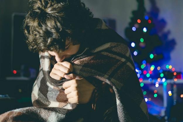 毛布の下の居心地の良い家での冬のホールド夜は、喜びをリラックスさせます。