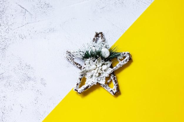 Зимний праздничный фон со звездой, светящейся желтым и предельно серым цветом 2021 года