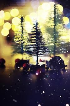 凍ったモミ、キラキラライト、ボケと冬の休日の背景。コピースペースとクリスマスと年末年始の背景。