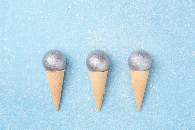 Зимние каникулы концепция мороженое с рождественские шары.
