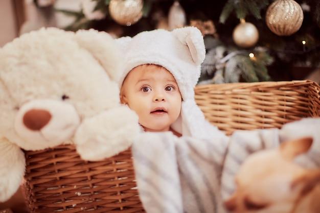 Зимние праздничные украшения. портрет девочки. очаровательная маленькая девочка в забавных белых ушах