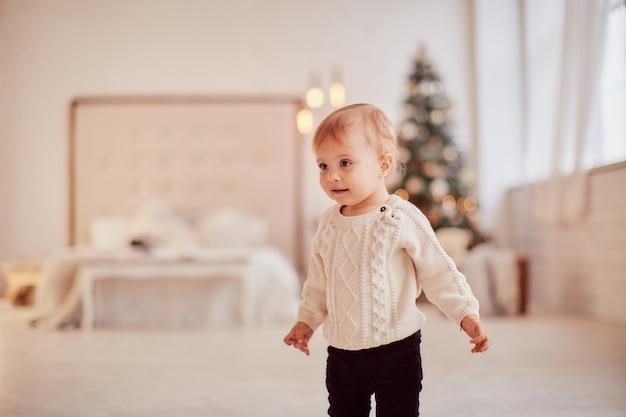 겨울 방학 장식. 난색. 아름 다운 작은 소녀 선물 상자와 연극