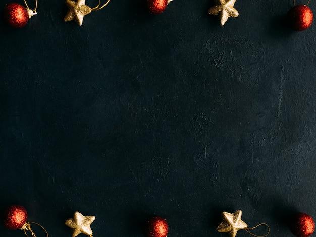 어두운 표면에 겨울 휴가 개체.